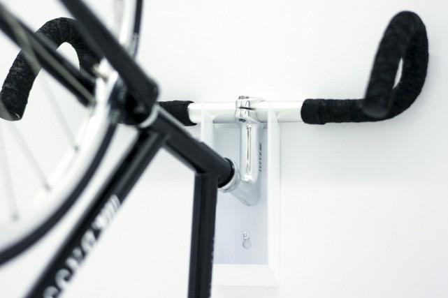La firme À Hauteur d'homme a conçu un support à vélo mural des plus discrets,... (À Hauteur d'homme)