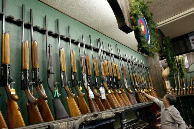 Le contrôle des armes à feu est couramment considéré comme appartenant au... (Kevin Frayer, Archives PC)