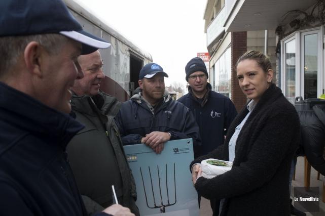 Des producteurs laitiers ont remis des meules de... (Stéphane Lessard, Le Nouvelliste)