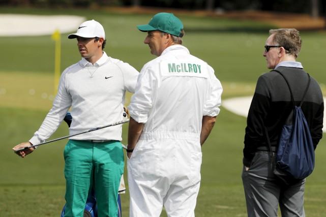 Rory McIlroy en compagnie de son cadet, Jean-Paul... (AP, Chris Carlson)