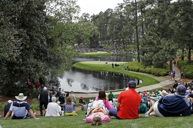 Des spectateurs suivaient l'action au huitième trou mercredi,... (AP, Matt Slocum)