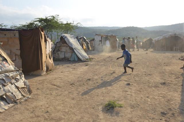 Un enfant haïtien s'amuse avec un vieux pneu... (AP, David McFadden)