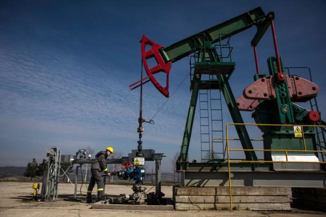 Les cours pétroliers ont légèrement baissé jeudi à New York, limitant leurs... (PHOTO ARCHIVES BLOOMBERG)