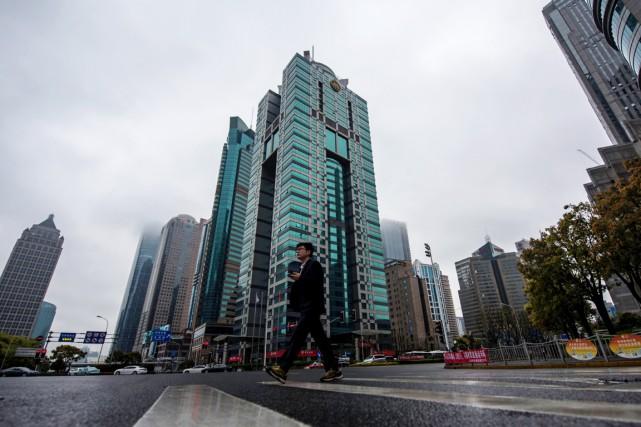 Un homme passe devant un immeuble (au centre)... (PHOTO JOHANNES EISELE, AFP)
