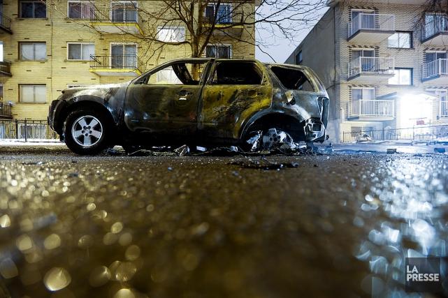 Des voitures en flammes, un poste de police... (PHOTO OLIVIER JEAN, LA PRESSE)