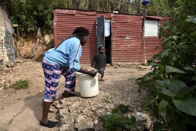 Cette femme a dû aller chercher de l'eau... (Photo HECTOR RETAMAL, archives AFP)