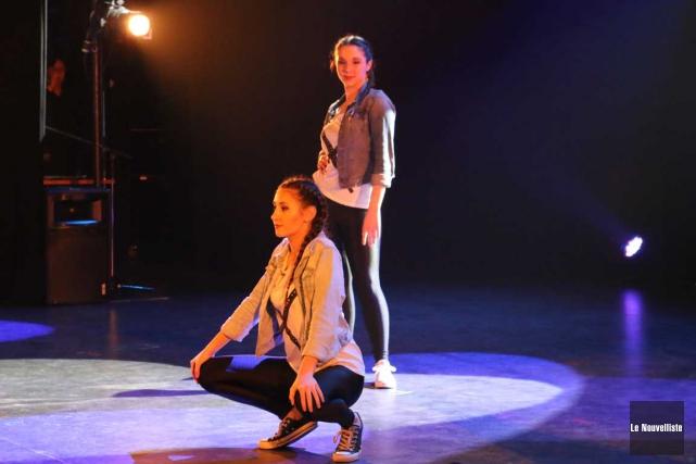 Rachel Bussières et Maude Langis-Dionne de l'école secondaire... (Audrey Tremblay, Le Nouvelliste)