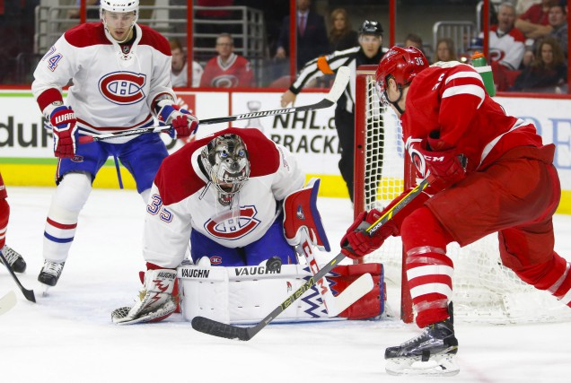 Charlie Lindgren se dresse devant Patrick Brown, des... (PHOTO JAMES GUILLORY, USA TODAY SPORTS)