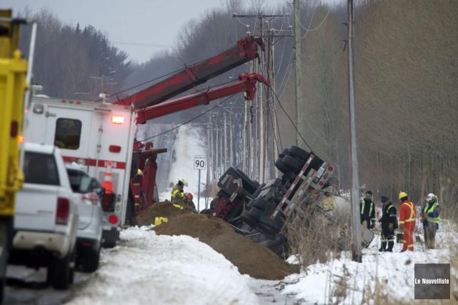 Un camion-citerne transportant du peroxyde d'hydrogène s'est renversé... (Stéphane Lessard, Le Nouvelliste)