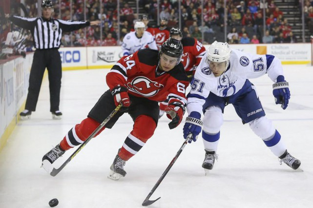 Joseph Blandisi et Valtteri Filppula se disputent la... (Photo Ed Mulholland, USA Today)
