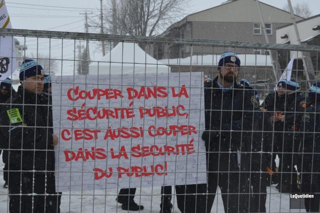 Une quarantaine d'agents correctionnels de Roberval ont manifesté,... (Photo Le Quotidien, Louis Potvin)