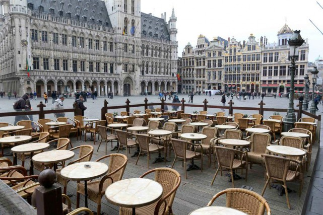 À Bruxelles, les cafés de la Grand-Place, lieux... (PHOTO CHARLES PLATIAU, REUTERS)