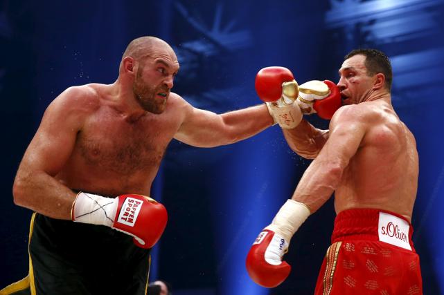 L'Anglais Tyson Fury (à gauche) a défait l'Ukrainien... (Photo Kai Pfaffenbach, Reuters)