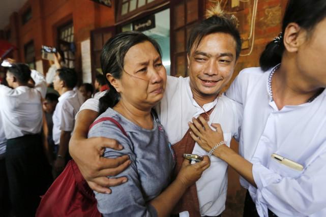 Un étudiant qui vient d'être libéré lors de... (PHOTO SOE ZEYA TUN, REUTERS)