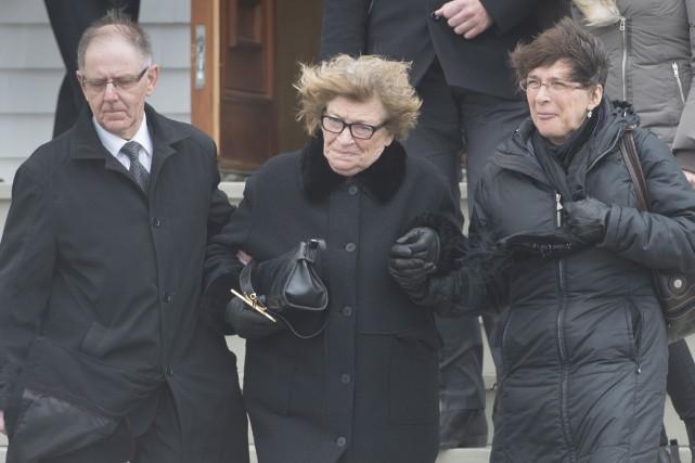 Lucie Cormier, la mère de Jean Lapierre, accompagnée... (La Presse Canadienne, Paul Chiasson)