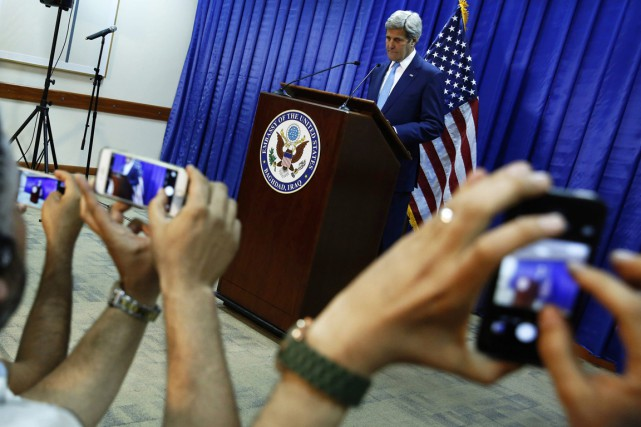 Des journalistes irakiens prennent des photos de John... (Photo Jonathan Ernst, AP)