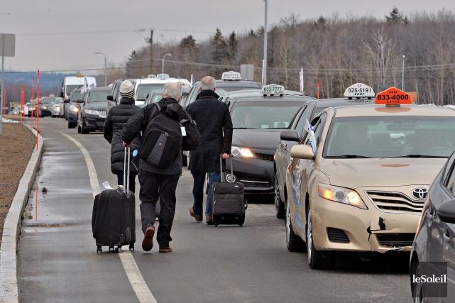 Des clients excédés par la manifestation à l'aéroport... (Le Soleil, Patrice Laroche)