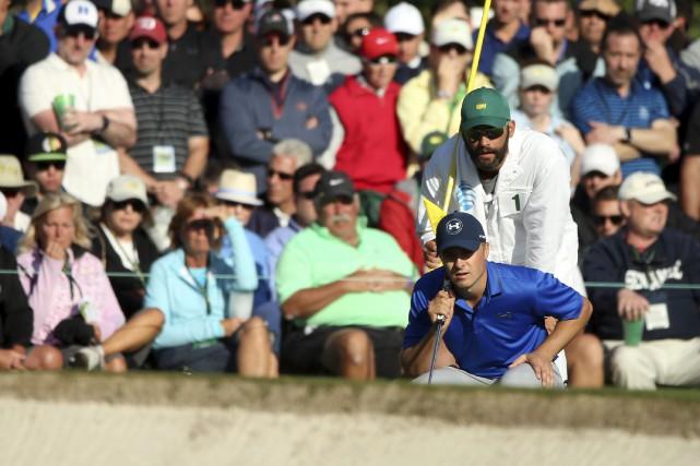 Jordan Spieth lit le vert au 17e trou.... (AFP, Andrew Redington)