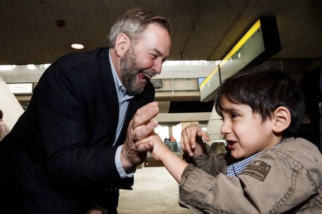 Thomas Mulcair tape dans la main d'un jeune... (La Presse Canadienne, Codie McLachlan)