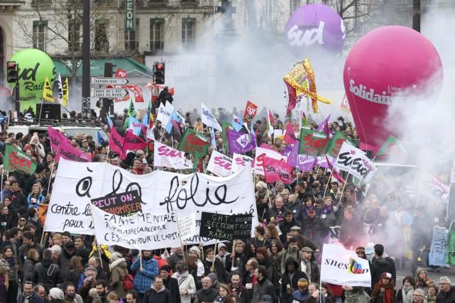 À Paris, plusieurs milliers de personnes ont commencé... (PHOTO CHARLES PLATIAU, REUTERS)