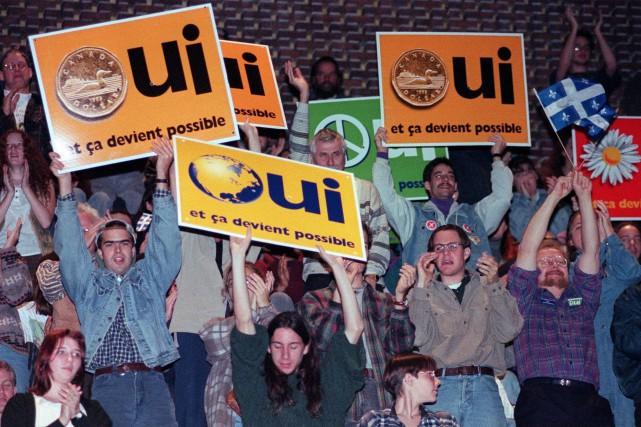 Des partisans du Oui, pendant la campagne référendaire... (PHOTO RYAN REMIORZ, ARCHIVES LA PRESSE CANADIENNE)