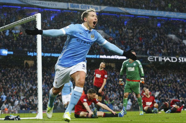Samir Nasri célèbre son but.... (PHOTO LINDSEY PARNABY, AFP)