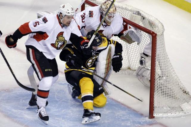 Tandis que le gardien Tuukka Rask regardait ses coéquipiers des Bruins de... (Photo AP)