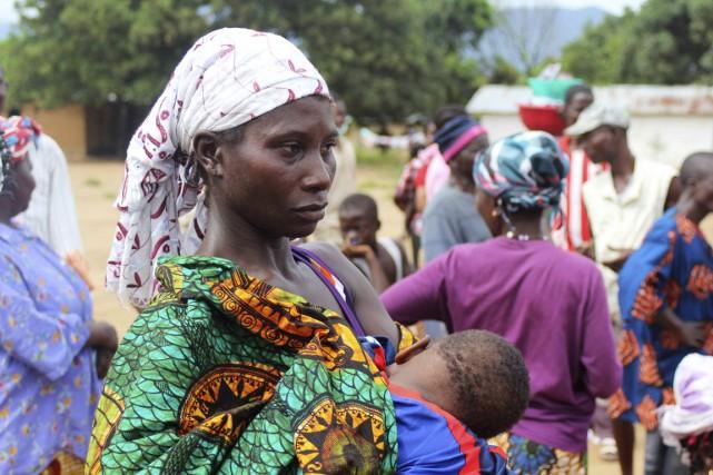 Une Sierraléonaise nourrit son enfant, en attendant de... (Photo Josephus Olu-Mamma, Reuters)
