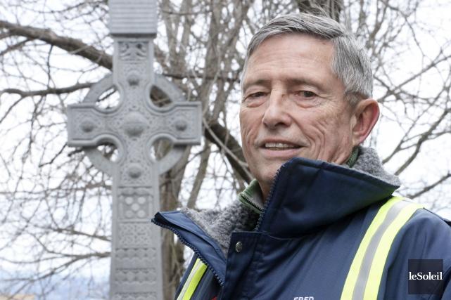 Fred Cribb devant la Croix celtique du Vieux-Québec,... (Le Soleil, Jean Marie Villeneuve)