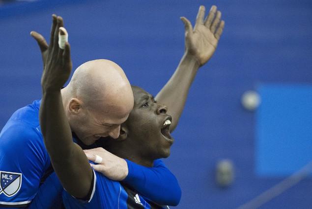 Hassoun Camara célèbre avec Laurent Ciman le butqui... (La Presse Canadienne, Graham Hughes)