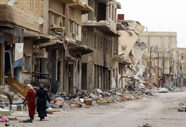 Des Syriens inspectent leurs maisons, après leur retour... (Photo LOUAI BESHARA, AFP)