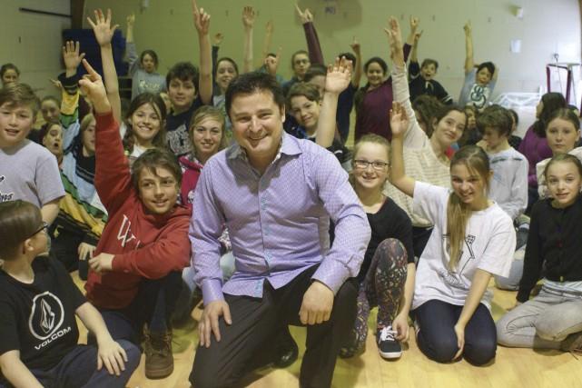 Fascinés par leur invité, les 90 élèves de... (Photo Le Progrès-Dimanche, Mélissa Viau)