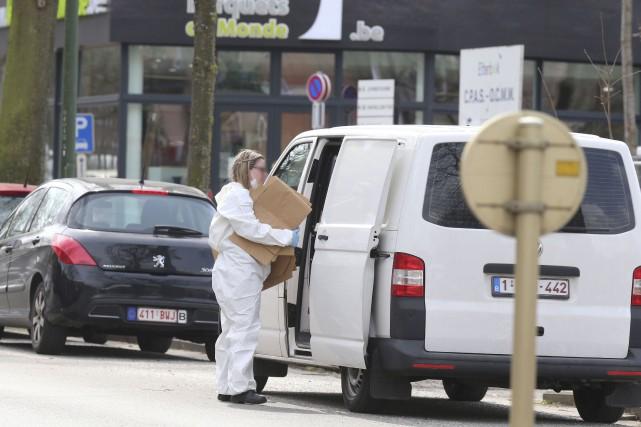 Des experts poursuivaient leur enquête samedi Avenue des... (AFP, Nicolas Maeterlinck)