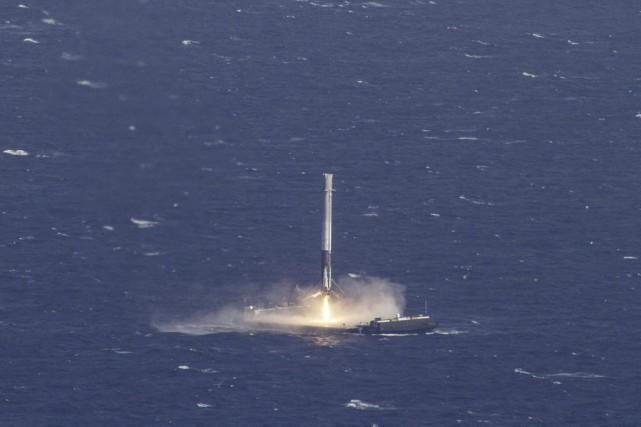 Le vaisseau spatial non habité Dragon de la société américaine SpaceX est... (PHOTO REUTERS)