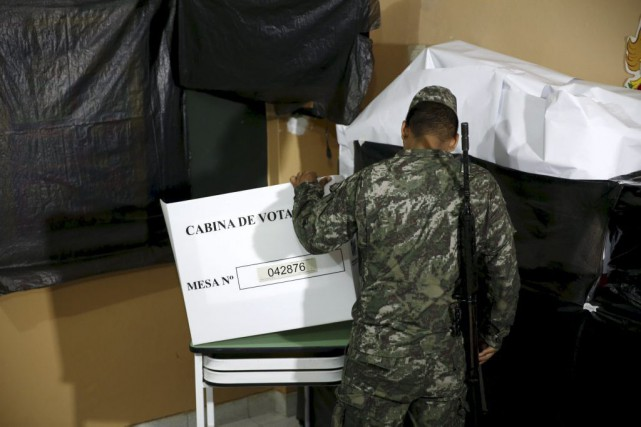 Un soldat vérifie une station de vote à... (PHOTO MARIANA BAZO, REUTERS)