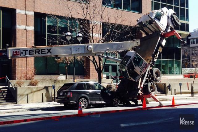 Une grue mobile s'est renversée au centre-ville de... (PHOTO ROBERT SKINNER, LA PRESSE)