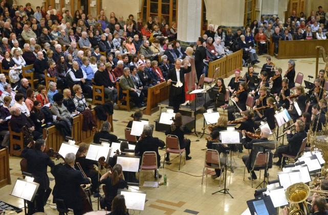 Plus de 1200 personnes se sont rassemblées à la Cathédrale Saint-Michel samedi... (Spectre média, Maxime Picard)