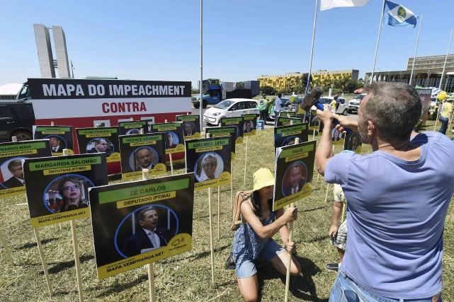 Des membres du mouvement Descendez dans les rues... (AFP, Evaristo Sa)