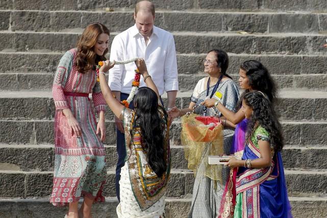 Le prince William et sa femme, Kate Middleton,ont... (AP, Rajanish Kakade)