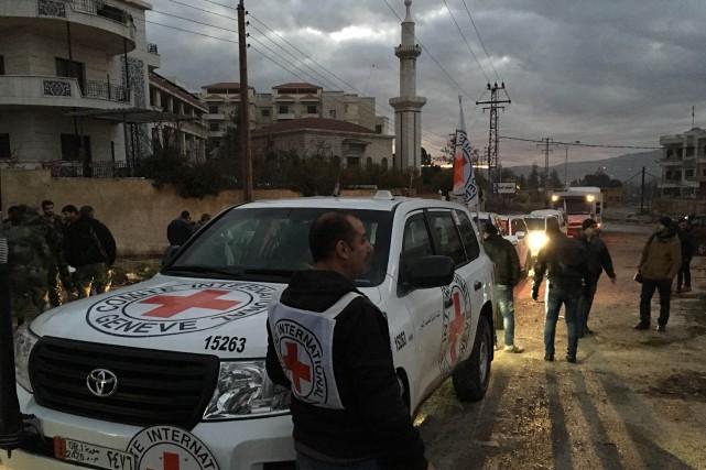 Un convoi d'aide humanitaire de la Croix-Rouge.... (Agence France-Presse)
