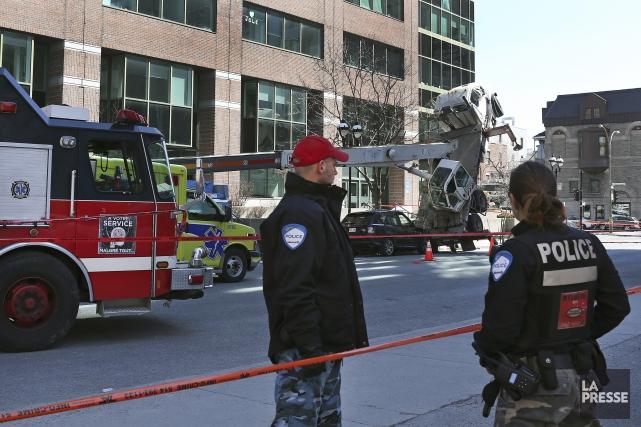 Un travailleur est mort lorsqu'une gruce s'est renversée... (Robert Skinner, La Presse)