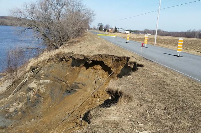Un glissement de terrain à Pierreville a entraîné la fermeture d'une voie sur... (Ministère de la Sécurité publique)