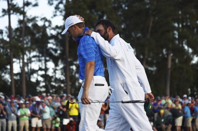 Jordan Spieth est réconforté par son cadet, Michael... (AFP, Jim Watson)