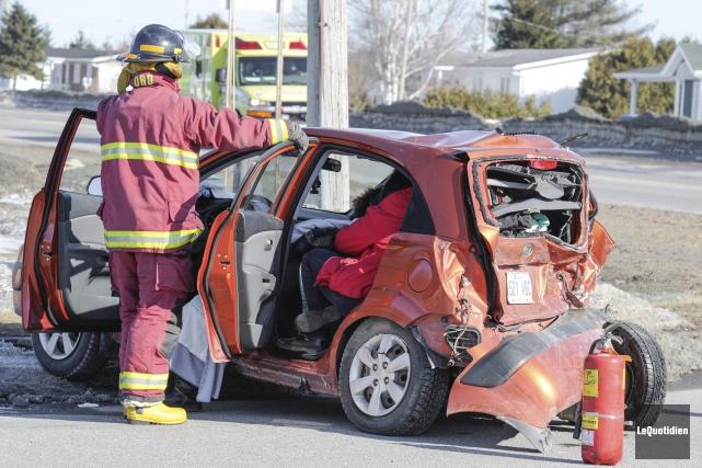 Un véhicule est entré en collision deux fois, dimanche, vers 16 h 45 à... (Photo Le Quotidien, Gimmy Desbiens)