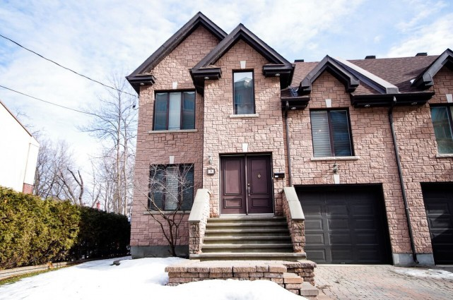 Maison jumelée sur l'avenue Raynor, à Pointe-Claire.... (PHOTO FOURNIE PAR LE COURTIER)