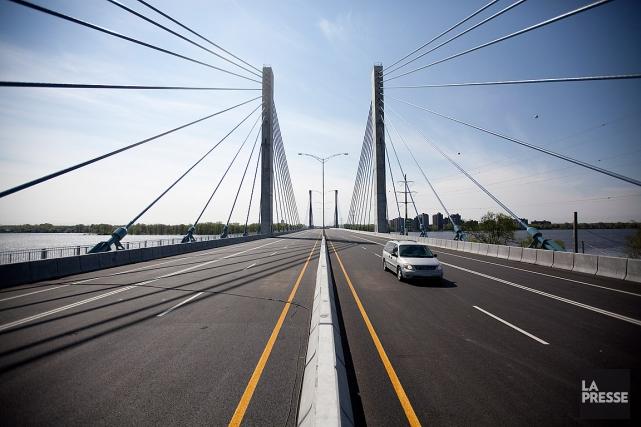 Le pont de l'autoroute A25 relie l'est de... (PHOTO MARCO CAMPANOZZI, ARCHIVES LA PRESSE)