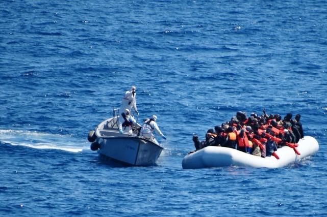 Des membres de la marine italienne viennent à... (PHOTO ARCHIVES MARINE ITALIENNE/AP)
