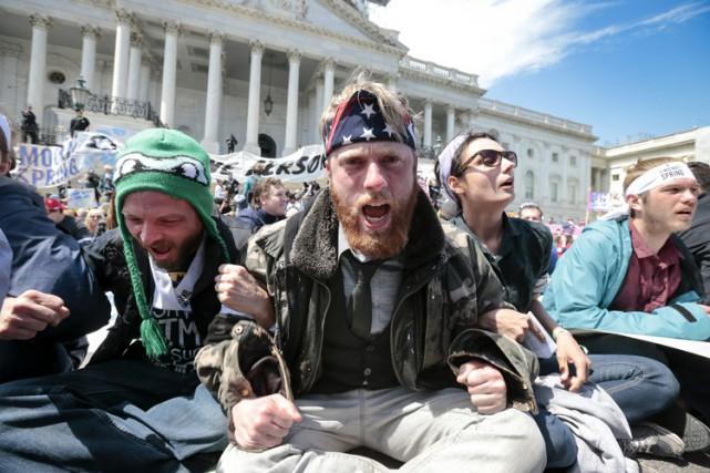 Des arrestations de masse ont été effectuées par la police, lundi, à... (PHOTO AP)
