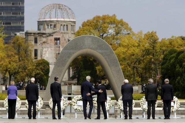 Lesecrétaire d'État, John Kerry, et leministre japonais des... (AFP, Jonathan Ernst)