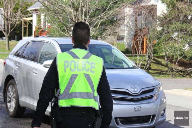 Les agents de tous les corps policiers du Québec auront la ceinture de sécurité... (archives La Voix de l'Est)